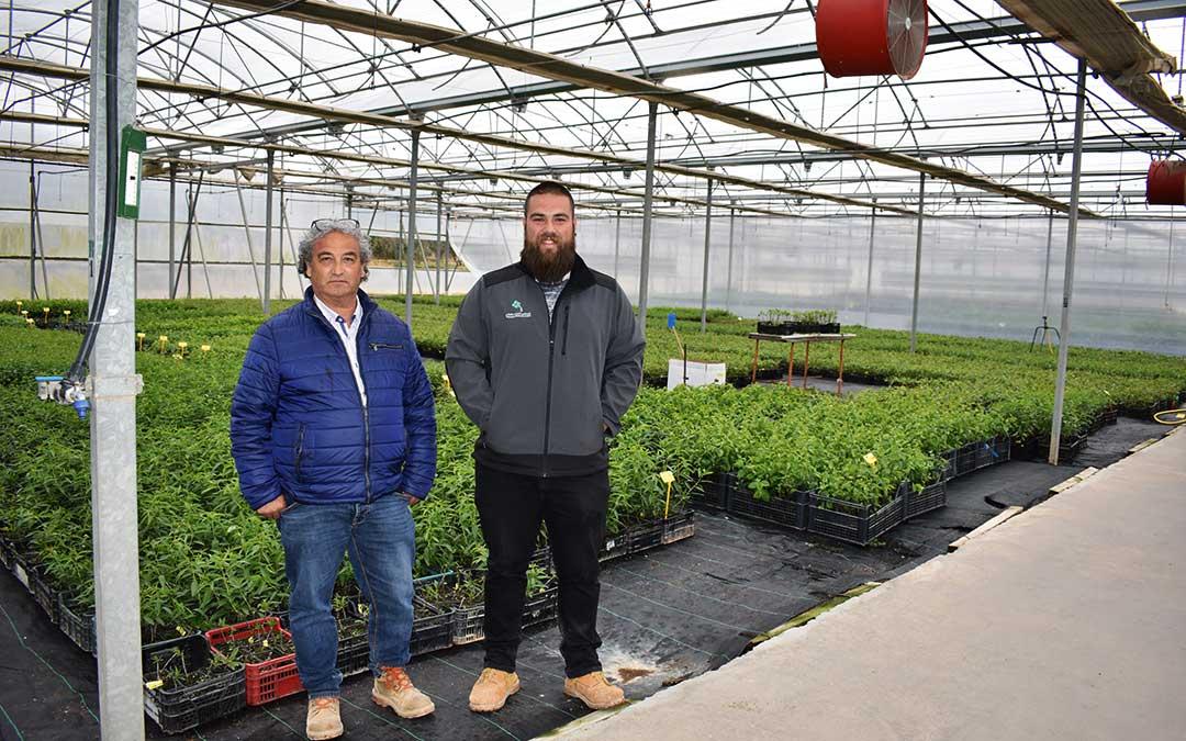 n Antonio y Roberto Poblador, padre e hijo, en el interior de uno de los invernaderos de El Vivero de Abel, empresa que funciona hace 25 años.