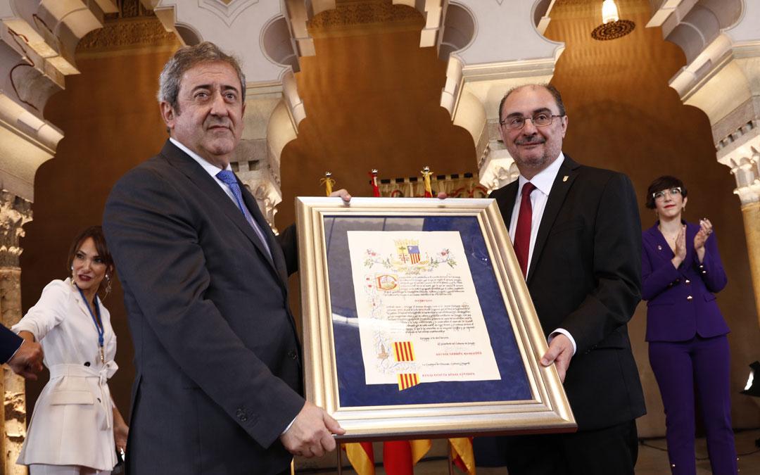 Javier Zaragoza recibió el Premio Aragón de manos de Javier Lambán.