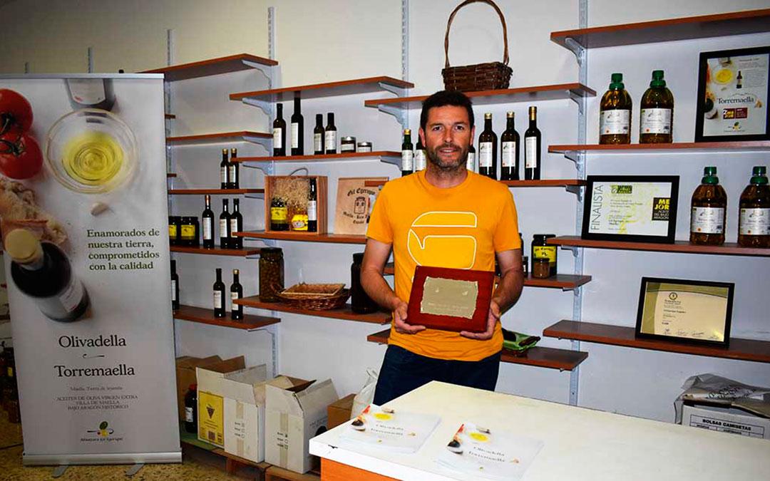 El maestro almazerero David Gil en las instalaciones de la empresa, junto a algunos de los reconocimientos recibidos.
