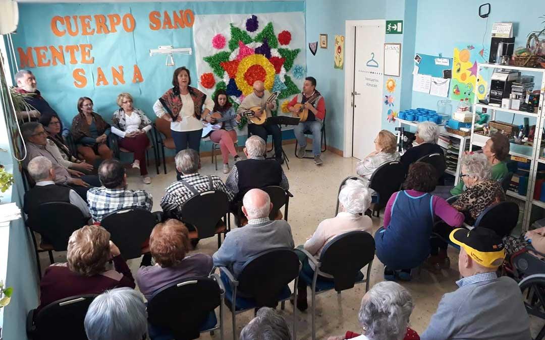 Miembros de la Escuela de Jota del Cachirulo de Alcañiz durante su actuación en la sede de AFEDABA. /Yolanda Garcés