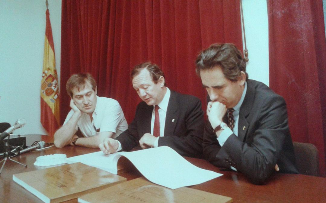 Con el presidente de Aragón, Santiago Marraco, y el Consejero de Obras Públicas, Amador Ortiz, en la presentación de los proyectos de las carreteras de la red autonómica (1983-1987) en Albalate