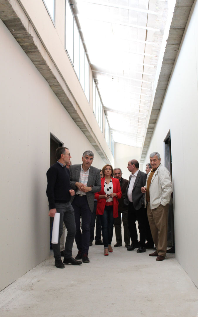 Lambán y Pérez, en el interior de las obras de la residencia de ATADI en Alcañiz. / B. Severino