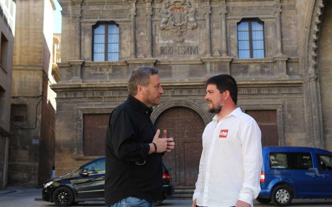 José Luis Soro y José Manuel Salvador, en la plaza de España de Alcañiz, inicio de la visita de CHA al Bajo Aragón. / B. Severino