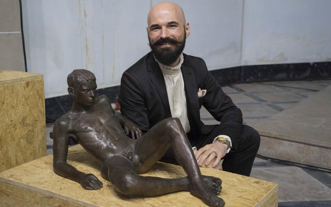 Jorge Egea, con la obra 'Eduard' con la que ganó el Premio Sant Jordi de Escultura
