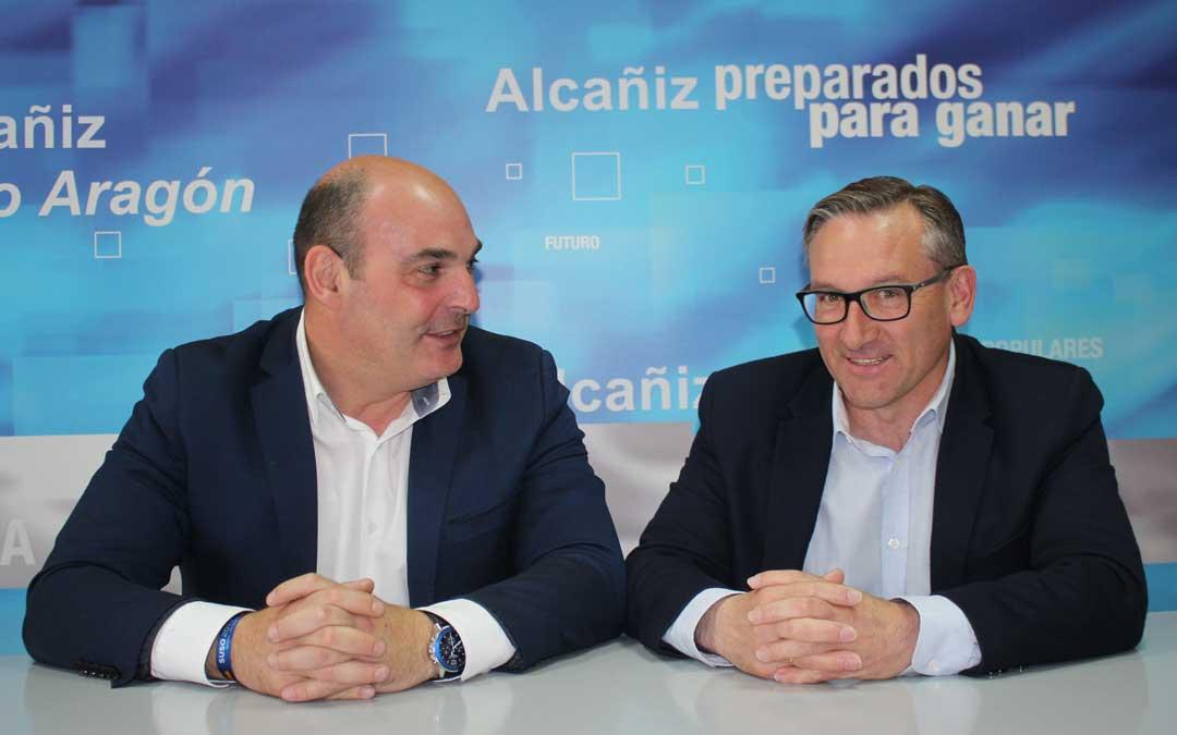 Juan Carlos Gracia Suso y Joaquín Juste, este martes, presentando sus propuestas sobre agricultura en Alcañiz. Foto: L. Castel