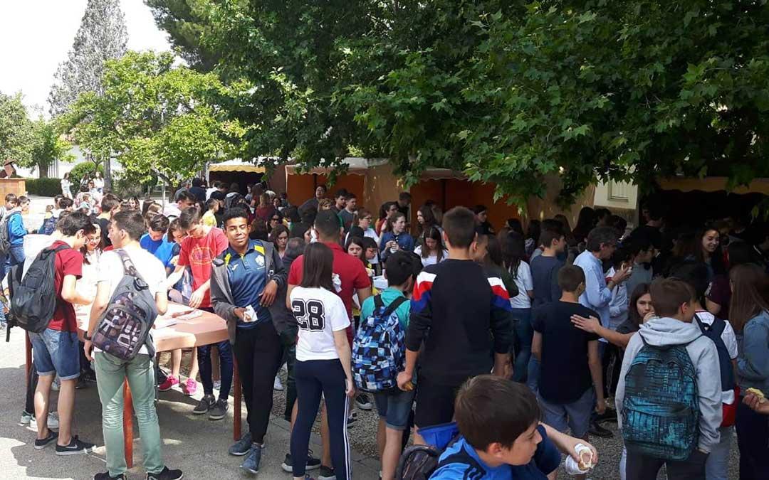 Alumnos disfrutando de los almuerzos solidarios en el recreo del Instituto alcañizano