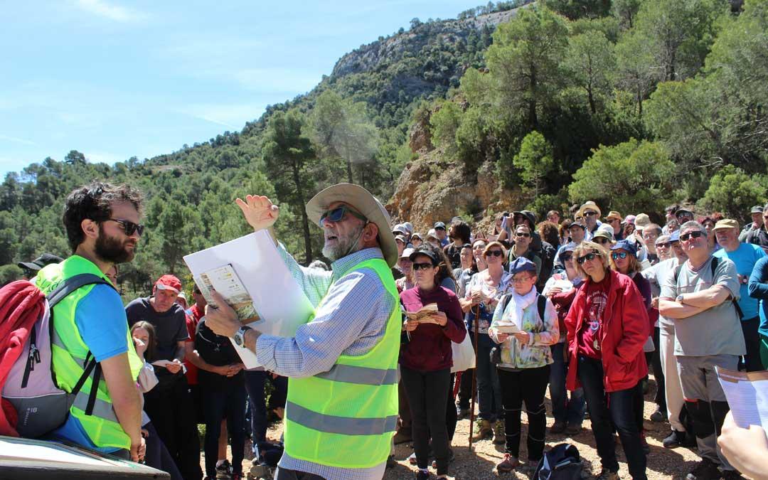 José Luis Simón y su equipo, en las explicaciones sobre el terreno de La Pesquera de Beceite en el Geolodía.