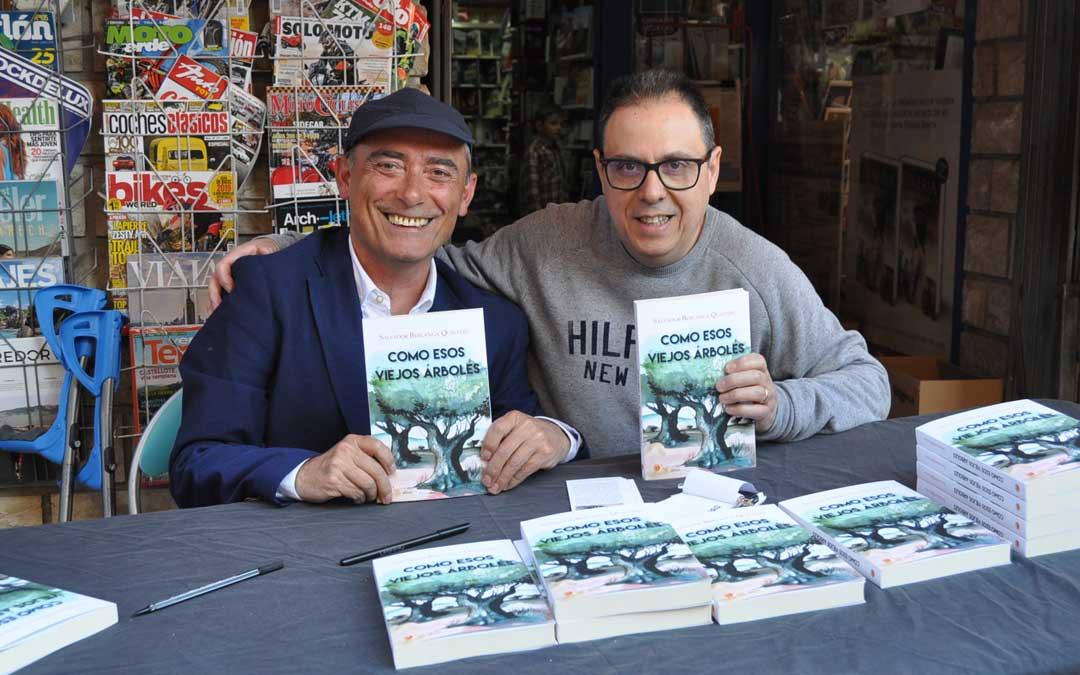 Salvador Berlanga junto con el librero Octavio Serret de Valderrobres el pasado mes de mayo.