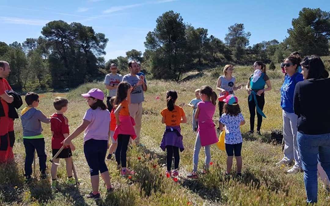 Grandes y pequeños se dieron cita en el entorno de Santa Bárbara para participar en el Día del Árbol para reforestar