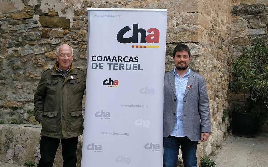 José Manuel Salvador junto con Tomás Pel, candidato de Castellote en Luco. Foto: CHA