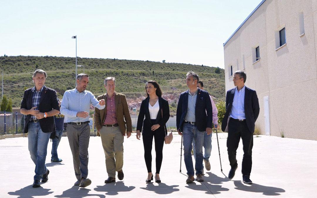 Pérez Calvo, ayer, atento a las explicaciones del presidente de los empresarios