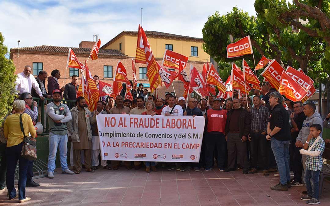 Temporeros y representantes de sindicatos se han concentrado en la Plaza Aragón de Caspe.