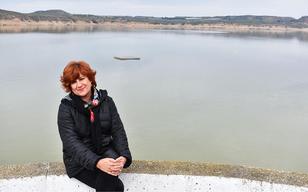 La concejal de Turismo Elise Ventura en el embalse de Mequinenza, uno de los lugares más turísticos de Caspe.
