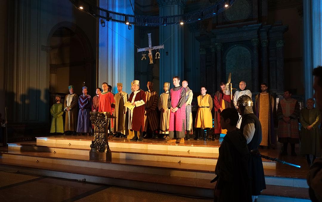 Todos los firmantes en el acto final de las representaciones de la Concordia en el interior de la Iglesia.