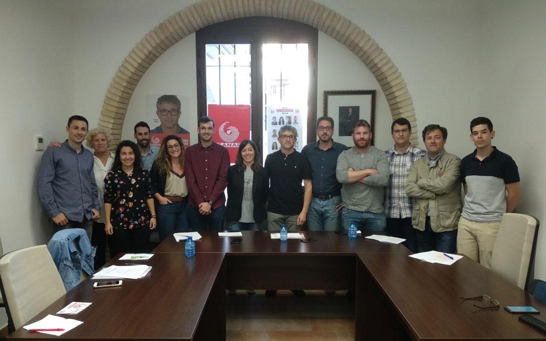 Candidatura de GANAR Híjar con Manuel Gómez (centro) y Pedro Bello como invitado a la presentación. / GANAR