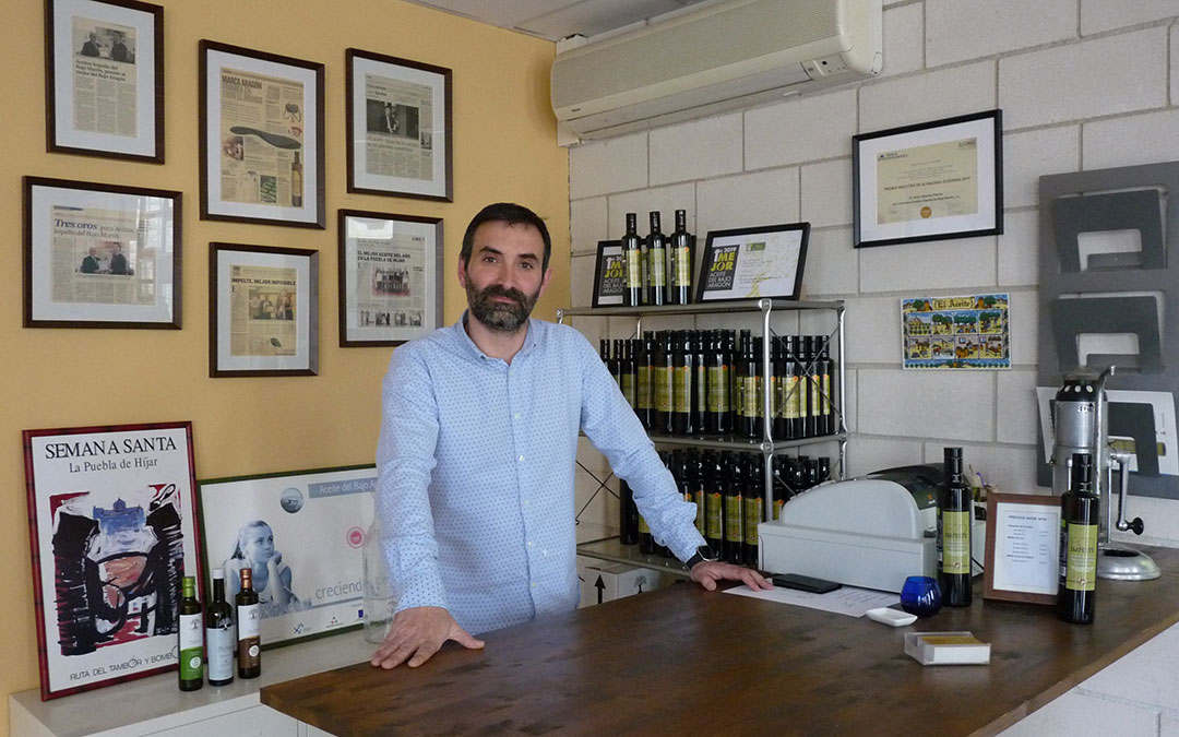 Javier Sánchez, gerente de Impelte, rodeado de varios de sus productos en la tienda de la almazara de La Puebla