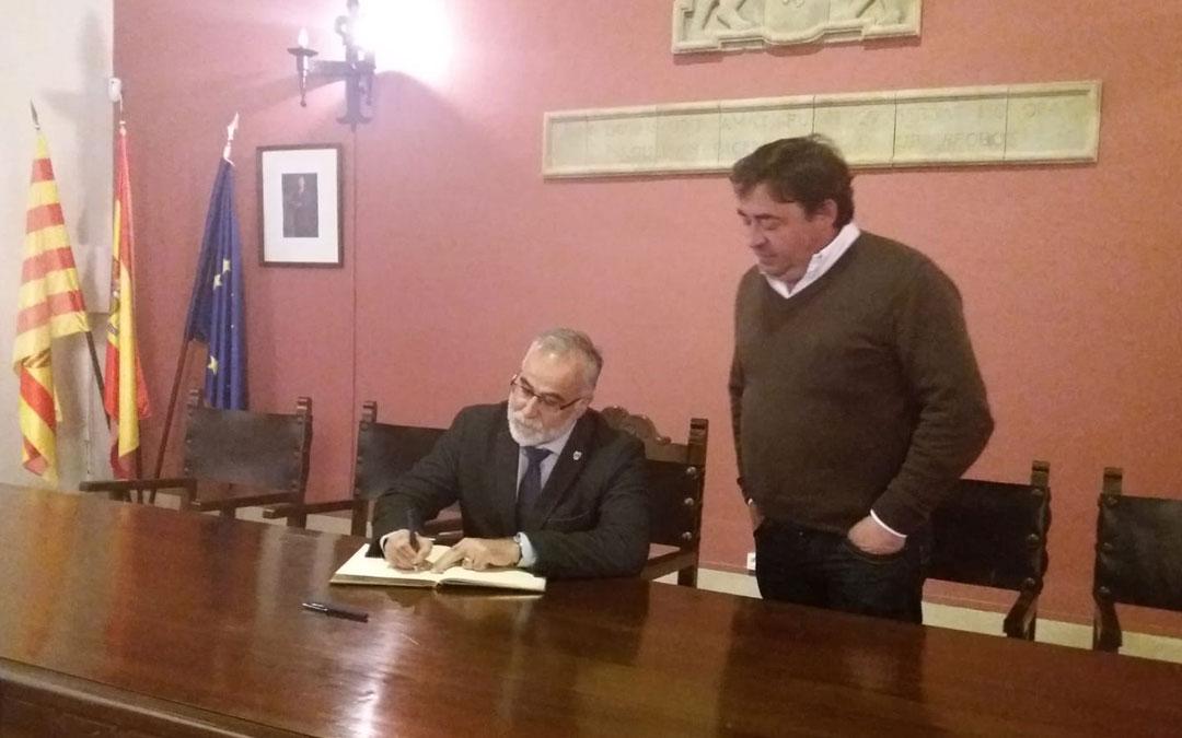 El lugarteniente del Justicia de Aragón, Javier Hernández, firma el libro municipal durante su visita a Cantavieja.