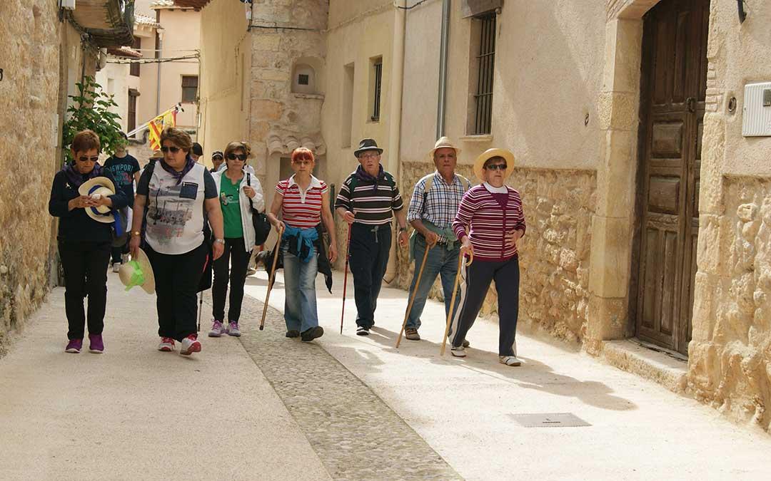 La Cerollera cuenta también cada año con la romería a la Punta del Santet. En la imagen participantes en el año 2015 por las calles de la localidad. /Beatriz Severino