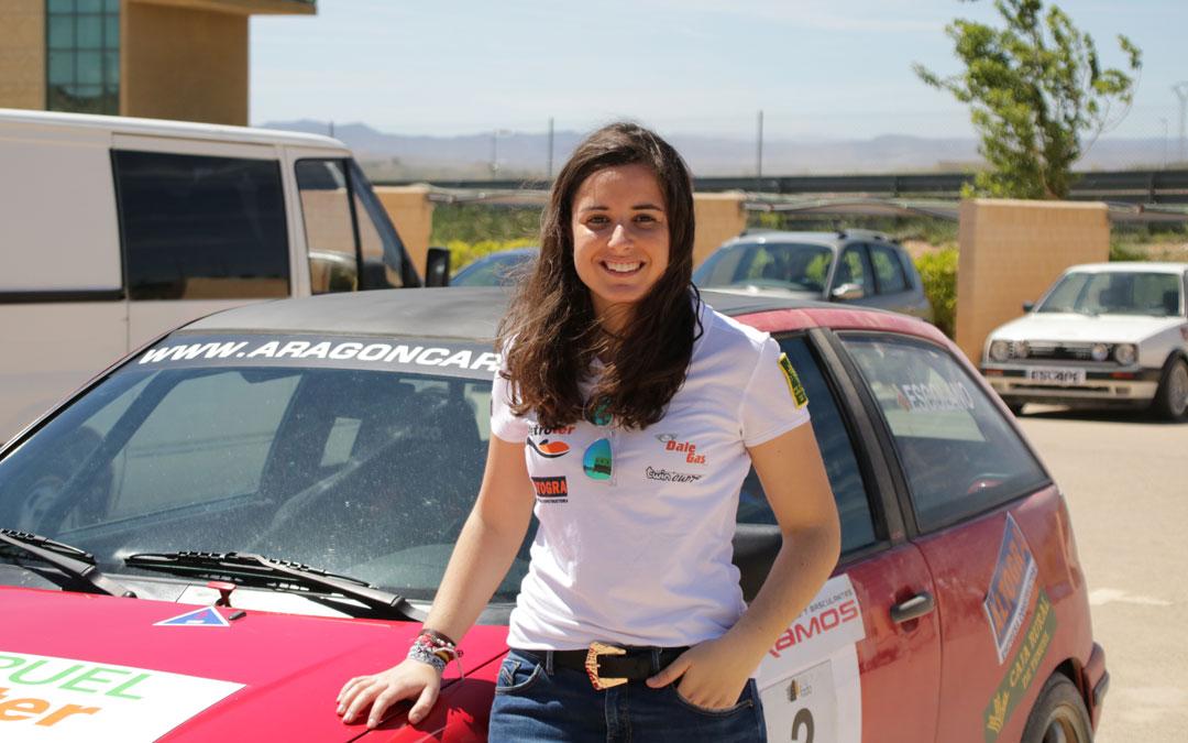La alcañizana Laura Aparicio junto al Seat Ibiza con el que compitió el pasado fin de semana en Motorland.