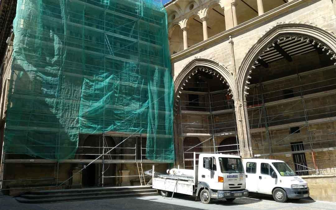 La fachada de la Casa Consistorial y la Lonja está tomada por los andamios desde comienzos de semana. Foto: A. Gracia