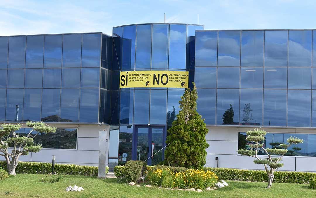 Imagen de la pancarta que han colgado los trabajadores en la fachada del edificio de oficinas de Losan, en el polígono Los Arcos, frente a Adidas.