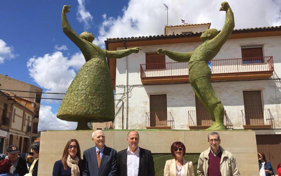 El artista, Manuel Monterde, con parte de la corporación municipal