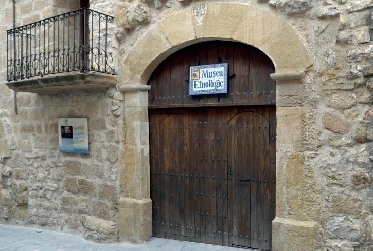 Portada de la tarjeta postal donde aparece la fachada del Museo nonaspino.
