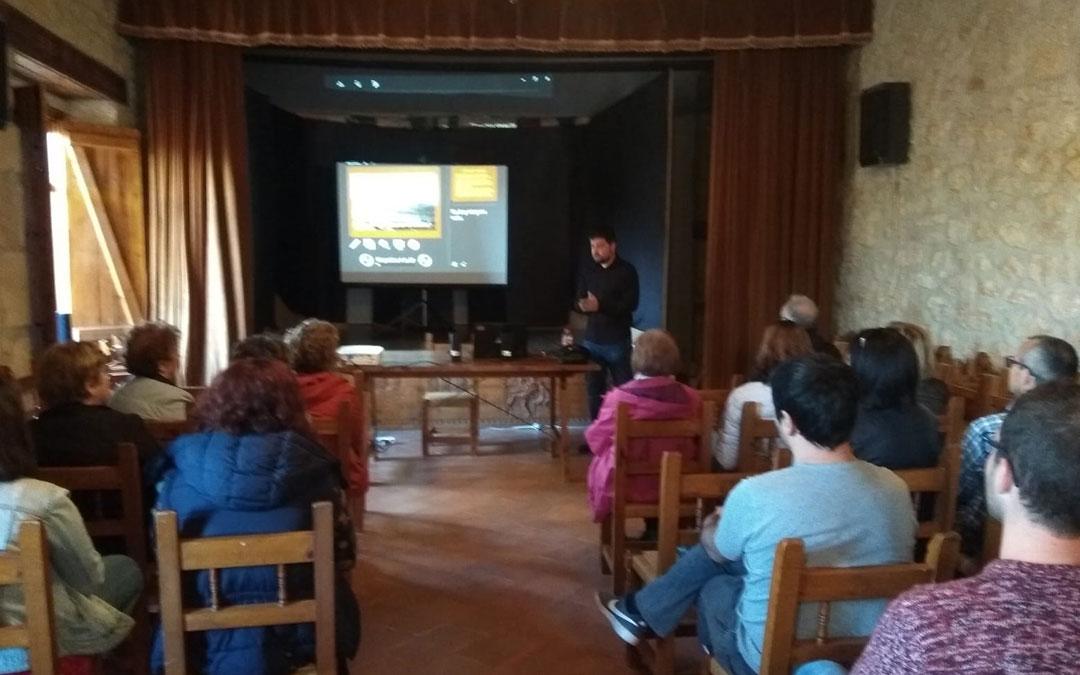 José Manuel Salvador durante la charla del lunes en La Mata de los Olmos.