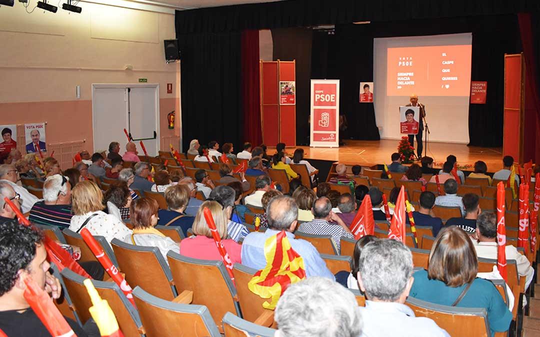 El mitin central de los socialistas se celebró en el salón de actos del IES Mar de Aragón, que se llenó para la ocasión