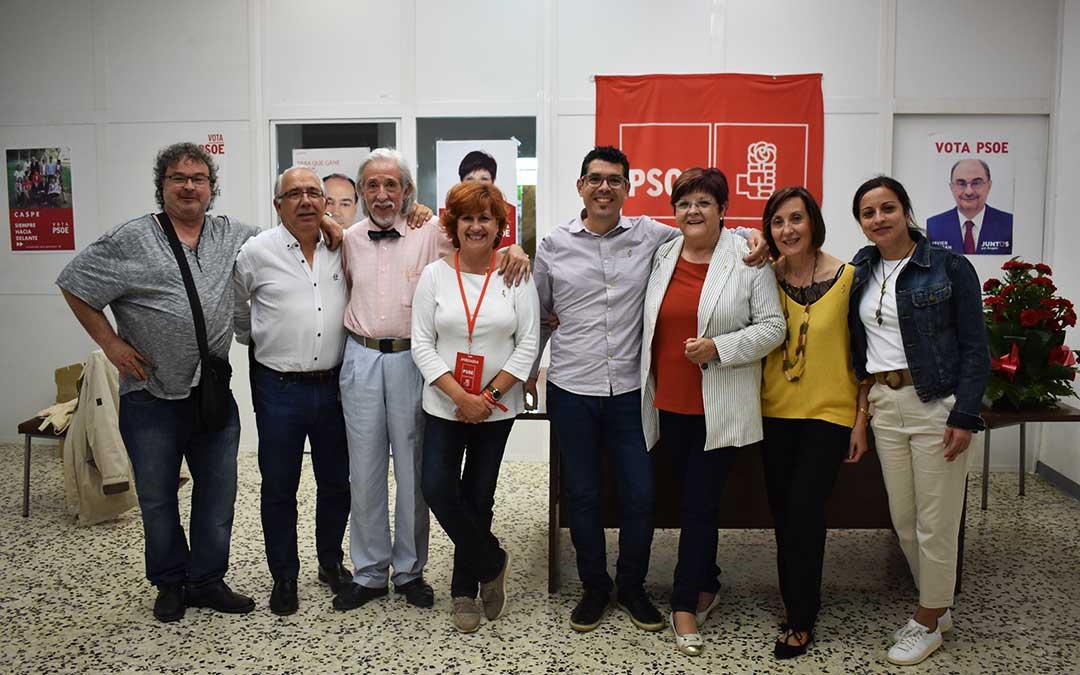 Integrantes de la lista socialista de Caspe después de conocer los resultados de las elecciones, el domingo por la noche.