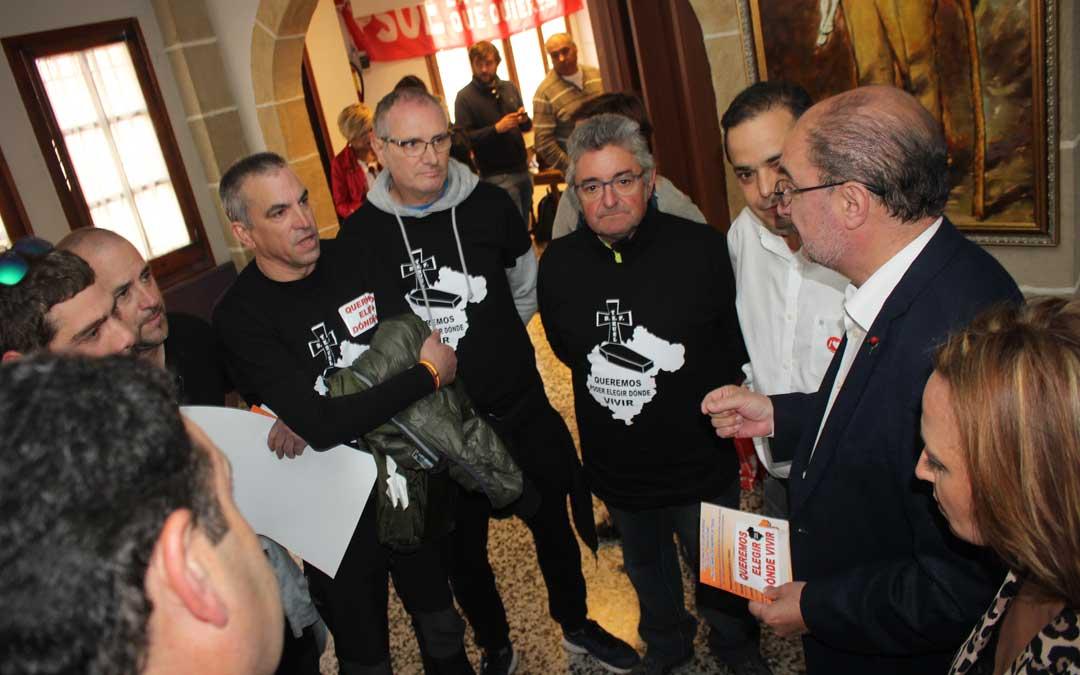 Lambán, Pérez y Amador atendiendo a los trabajadores de las subcontratas antes de comenzar el acto de la 'Fiesta de la Rosa'. Foto: L. Castel