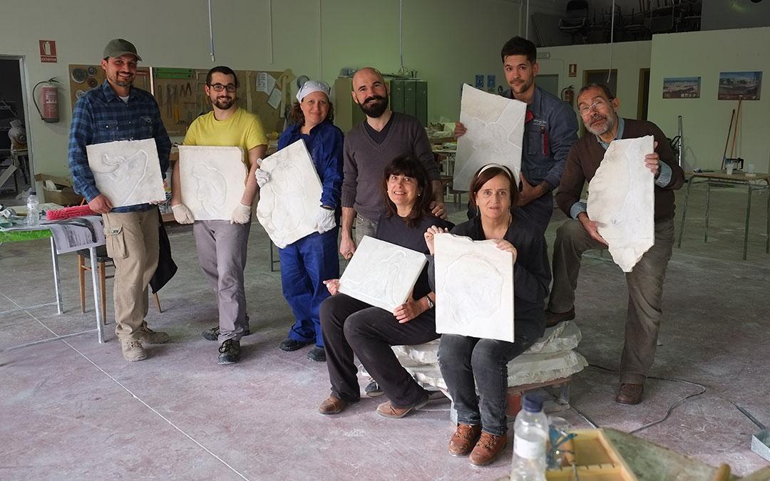 los participantes en este curso de talla en bajorrelieve en alabastro posan en albalate