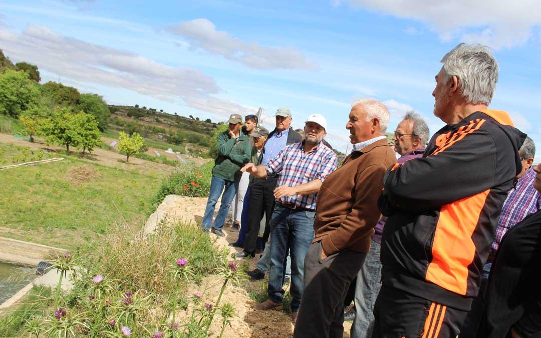 El alcalde de Torrecilla explicando a los vecinos la última fase de la depuración que es la que se emplea para riego