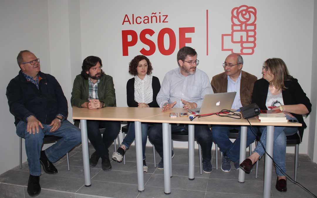 Urquizu, este jueves, con sus compañeros de la candidatura del PSOE de Alcañiz. Foto: L. Castel