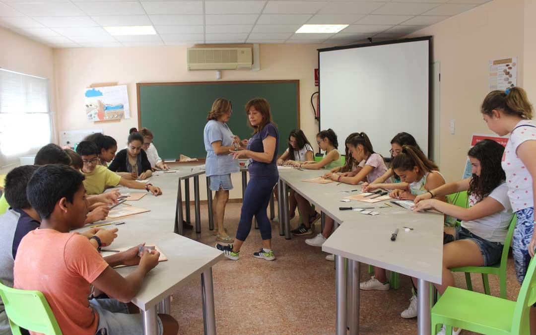 El grupo de 1º de ESO del CEIP Román García de Albalate en plena ejecución de su marca páginas guiados por Eva Mombiela. / B. Severino