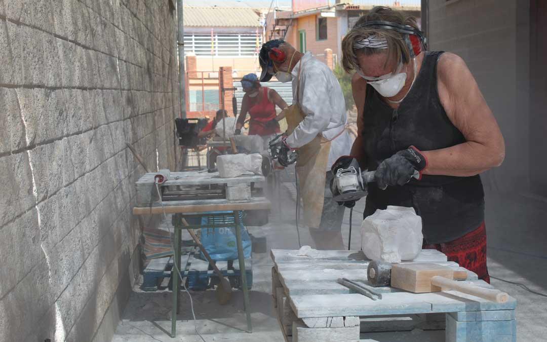Artistas procedentes de Suecia trabajando el alabastro en el CIDA. / B. Severino