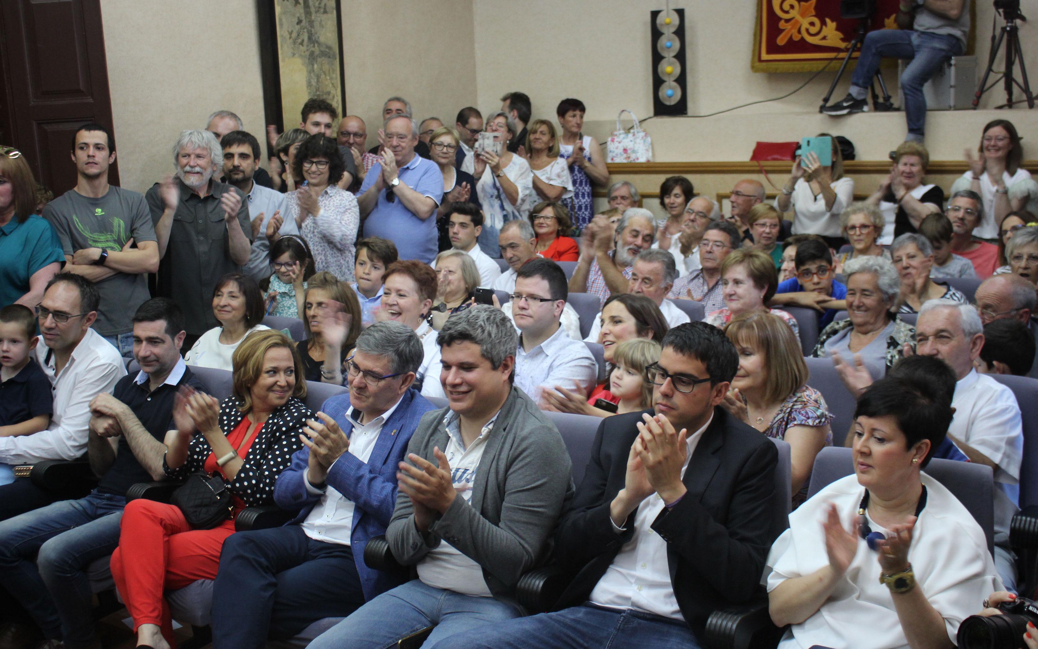 Salón de plenos del ayuntamiento de Alcañiz abarrotado durante la investidura de Ignacio Urquizu
