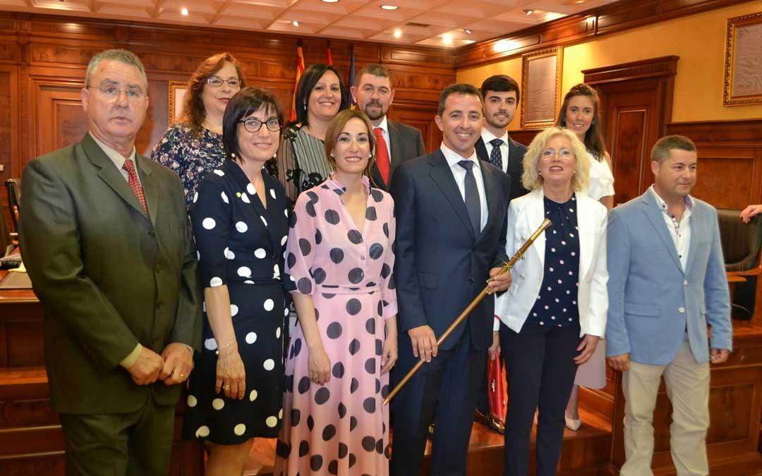 El nuevo alcalde de Calanda, Alberto Herrero, junto al resto de concejales que representarán a los calandinos en los próximos cuatro años.