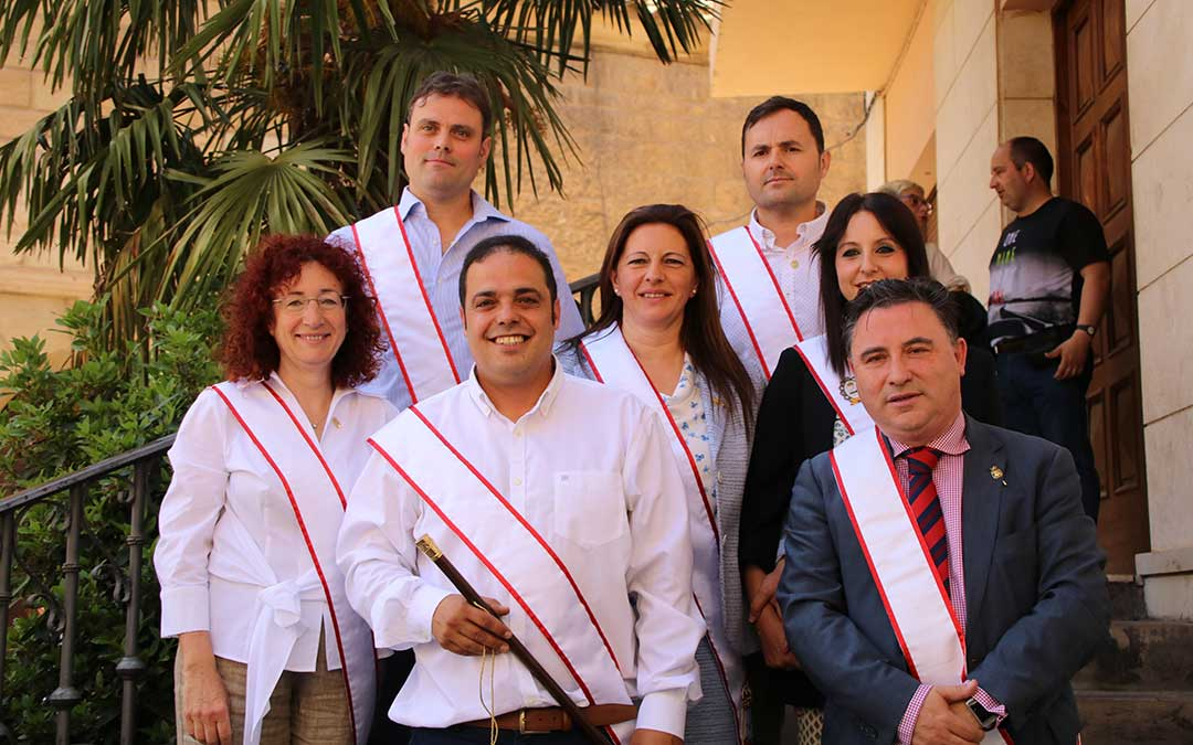 Trinidad Hernández, a la izda., ha dimitido como concejal de Andorra. En la foto, toma de posesión en junio de 2019. / ADRIÁN MONSERRATE