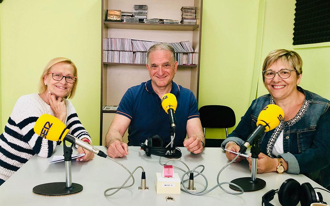 El presidente de ASADICC Miguel Tena junto a las presentadoras Marina Benedi y Pilar Herrero, de la Mujer Caspolina.