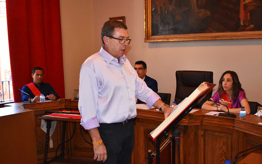 El concejal de Cultura del Ayuntamiento de Caspe, Rafael Lumbreras, juró su cargo en aragonés.