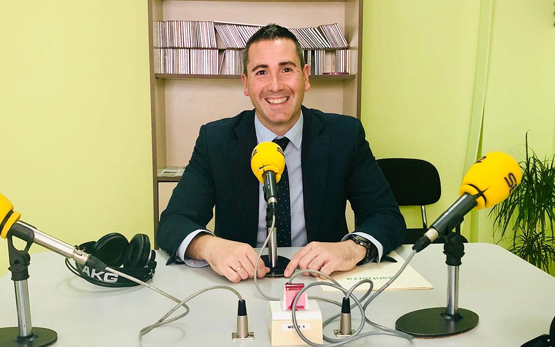 El director de la oficina de Caja Rural de Aragón en Caspe es Roberto López.