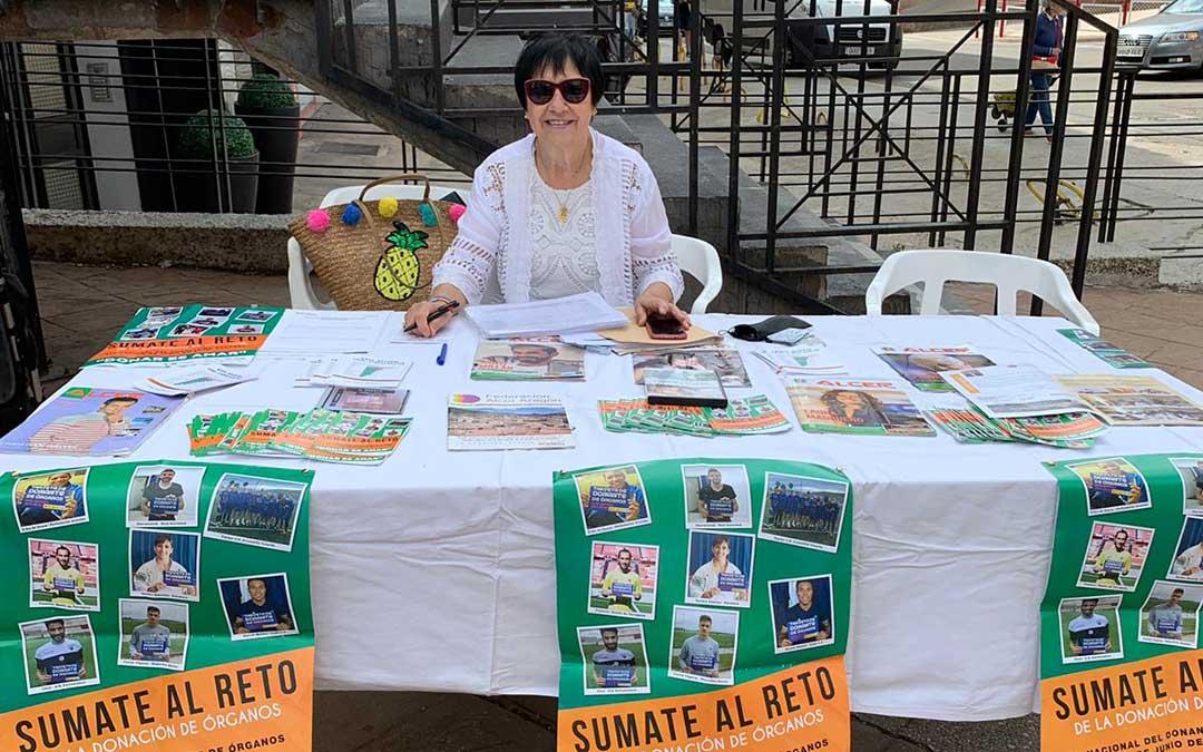 María Ángeles Villalta, responsable en el Bajo Aragón de ALCER en una mesa informativa sobre donación de órganos.
