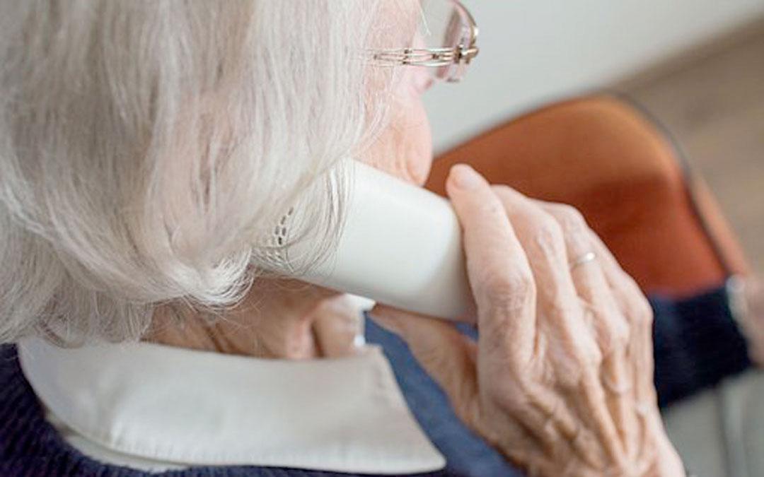 Los delincuentes llaman por teléfono para concertar cita de vacunación a domicilio. Tratan de estafar a mayores