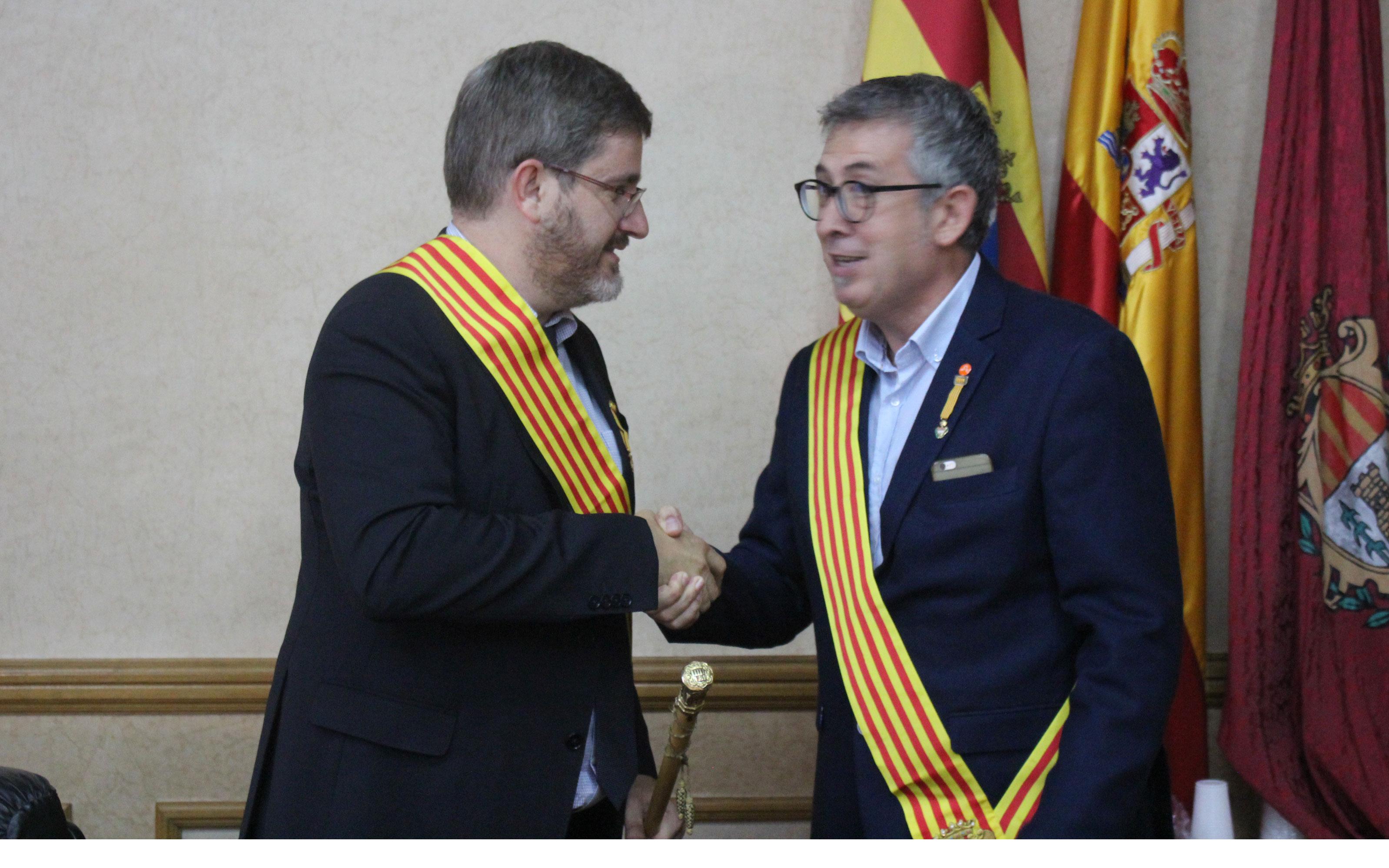 Urquizu y el concejal de Cs, Kiko Lahoz, se estrechan la mano