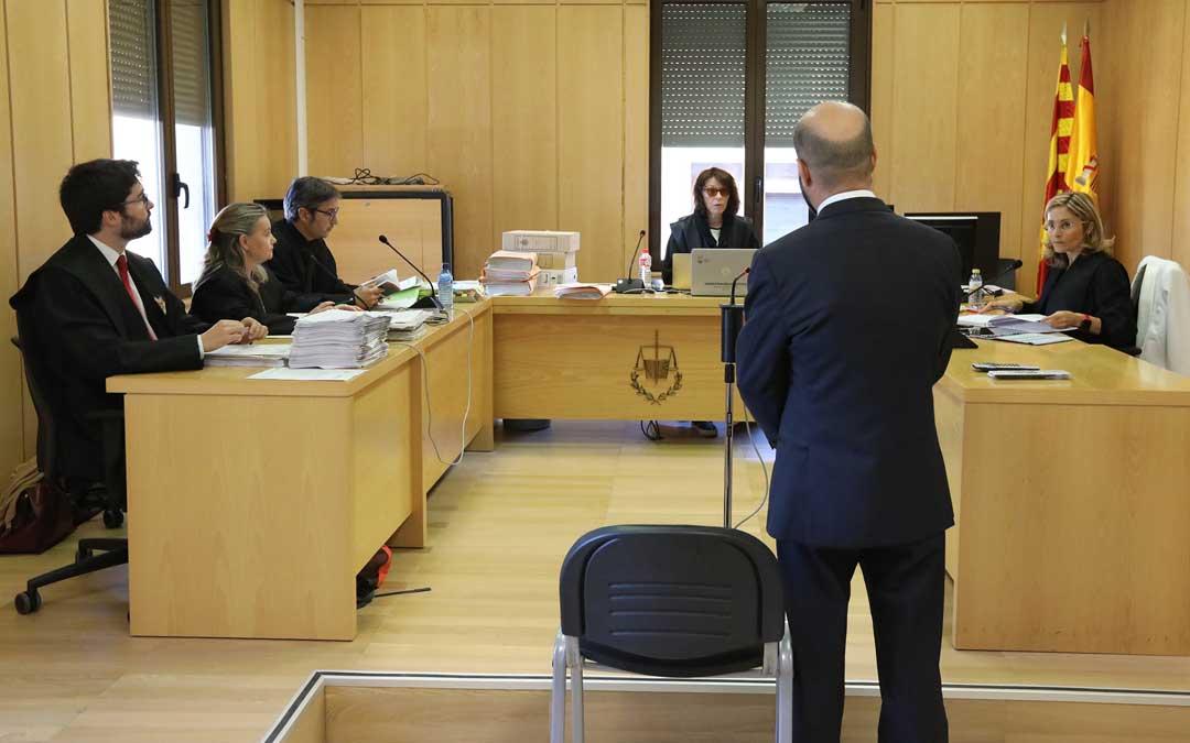 Monforte-de espaldas-en el primer día del juicio en el Juzgado de Teruel este martes. Foto: Javier Escriche / Heraldo