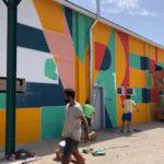 Los voluntarios pintando el mural. // Esther Icart