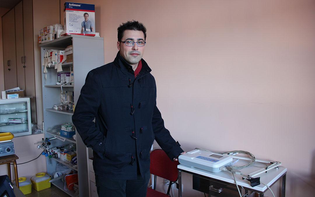 Foto de archivo de Aitor Clemente, alcalde de aguaviva, en el consultorio local tras la adquisición de un electrocardiograma./ L. Castel