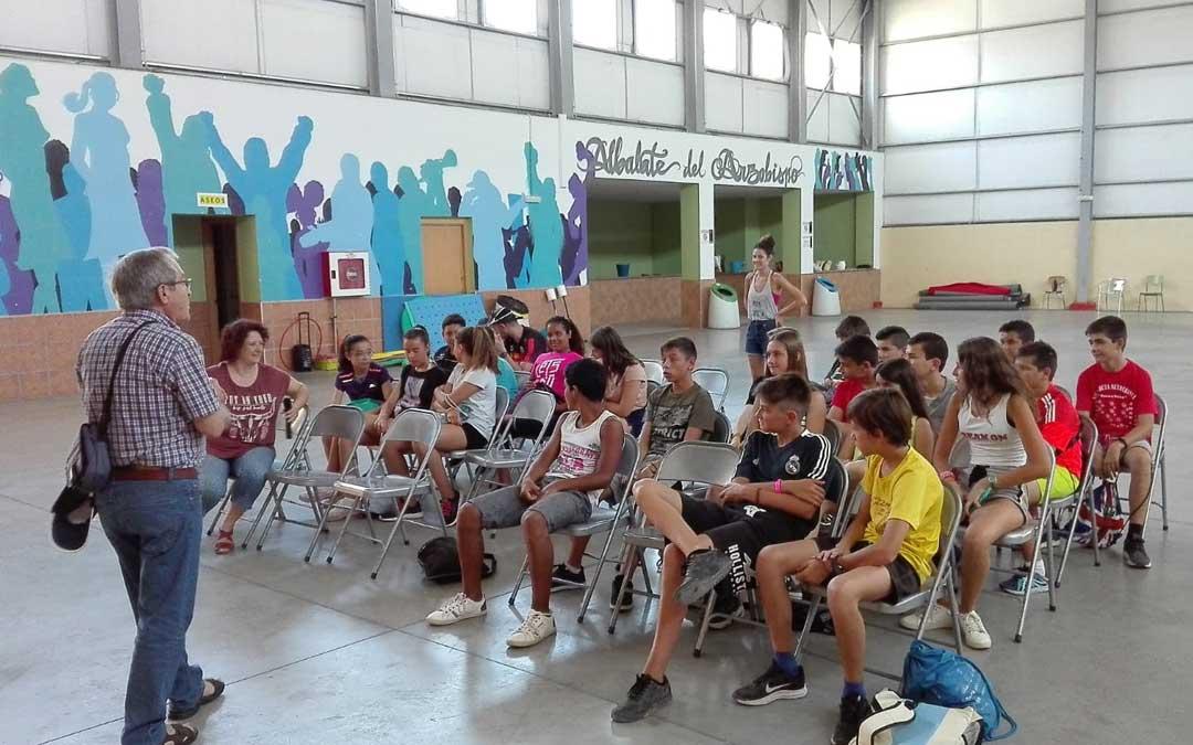 Recibimiento de las autoridades a los participantes en el II Día Comarca Joven en Albalate. / Comarca Bajo Martín