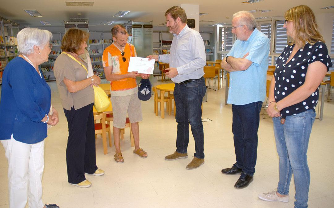 El alcalde de Alcañiz entrega el diploma a Juan Clemente